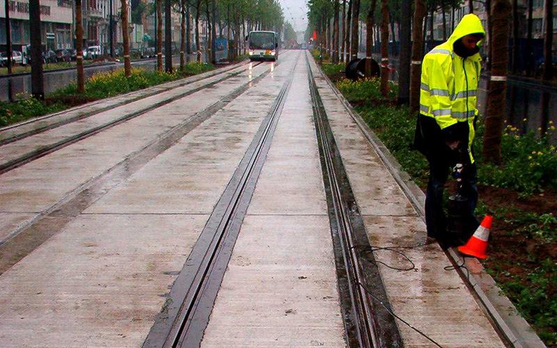 Hybrid embedded tracks